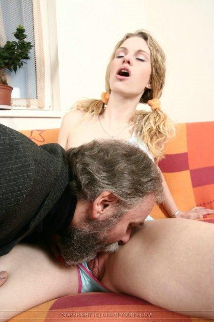 Молодая девица трахается со зрелым мужиком в пизду
