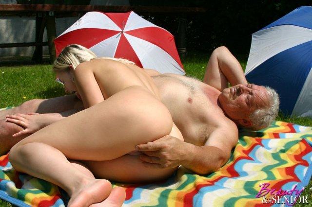 Зрелый самец жестко ебет девушку в бритую пизду