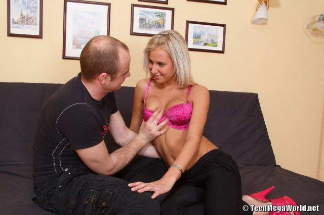 Девушку блондинку ебут в очко на новом диване