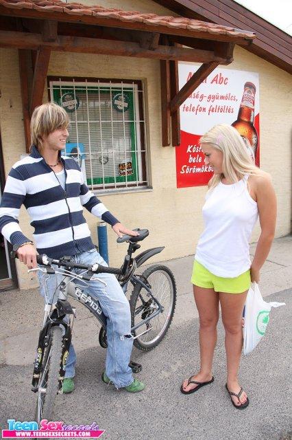 Дева подросток трахается на улице во влажную писю