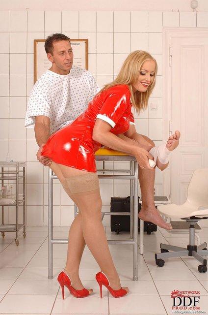 Медсестра дрочит стройными ногами пациенту и требует куни