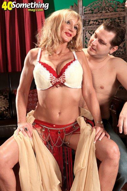 Женщина в возрасте занимается сексом на диване