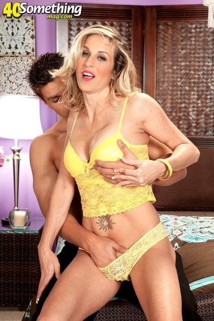 Похотливая женщина в возрасте позирует и ебется в пизду