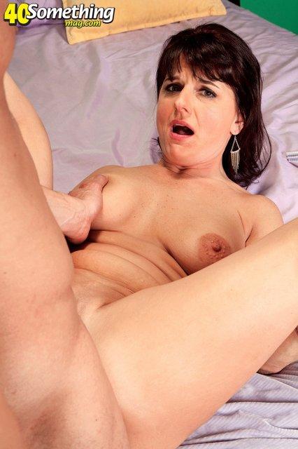 Женщина в возрасте отсасывает толстый пенис и трахается
