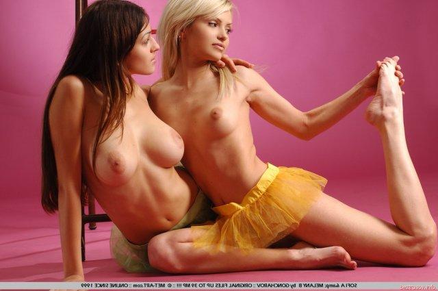 Молодые лезбиянки позируют на камеру и делают эротические снимки