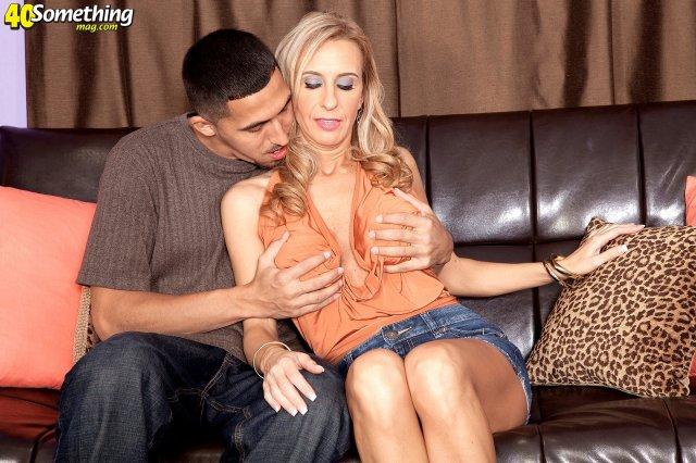 Зрелая милфа занимается сексом на диване после порно вечеринки
