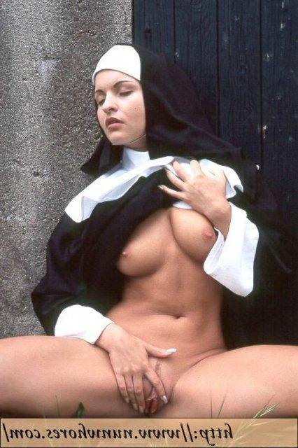 Гламурные монашки в чулках эротично позируют без трусиков на природе