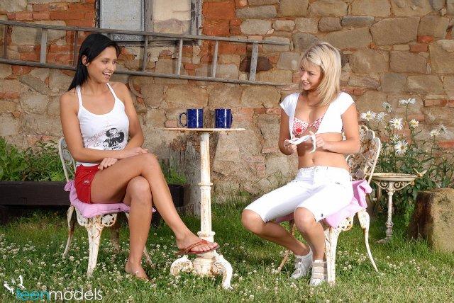 Красивая порнуха брюнетки и блондинки на улице
