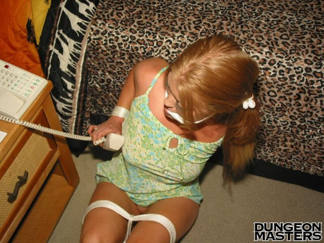 Порно фото связанной блондинки с большими титьками