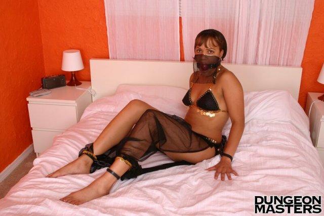Связанная женщина с кляпом хочет грубой ебли