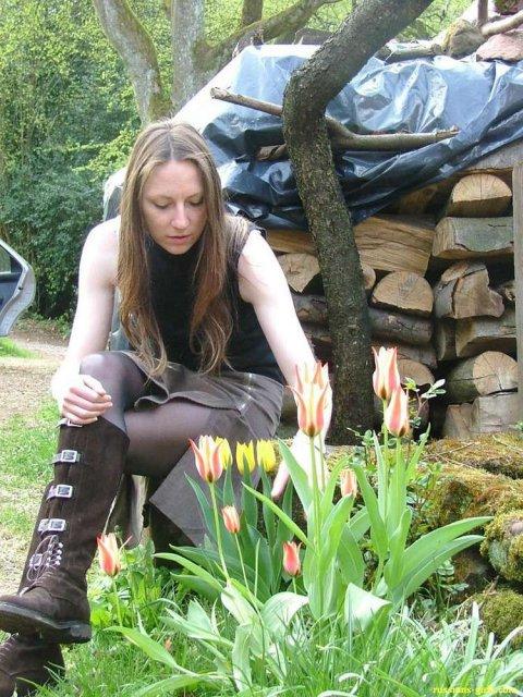Голая телка мечтает про секс в деревне эротично позируя на природе