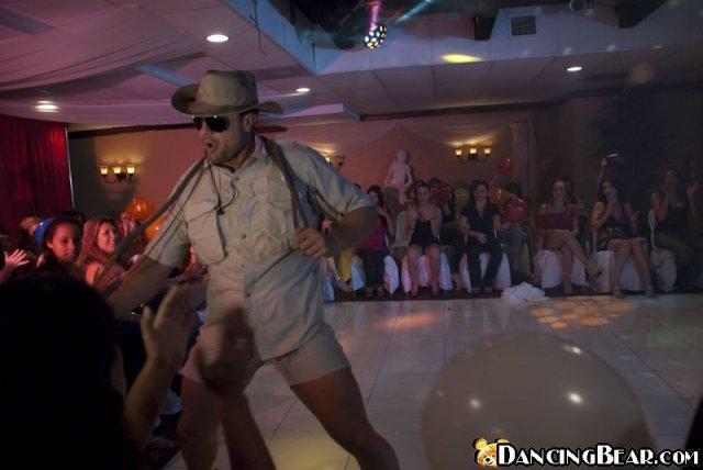 Групповой секс в клубе во время вечеринки