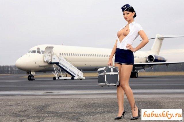 Стюардесса в стрингах и чулках демонстрирует пилотку и соски