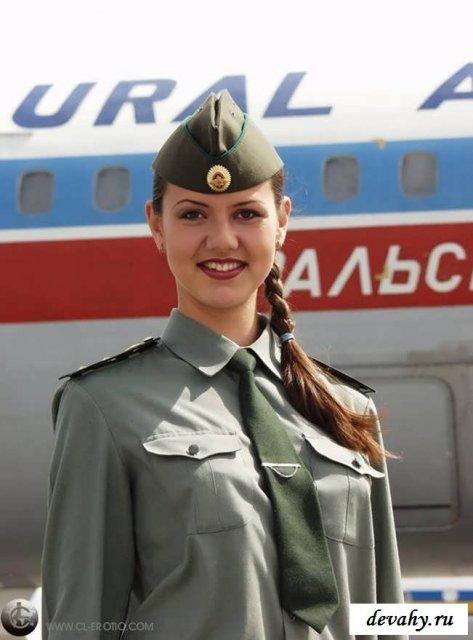 Русская стюардесса в форме дрочит клитор раздвигая ноги
