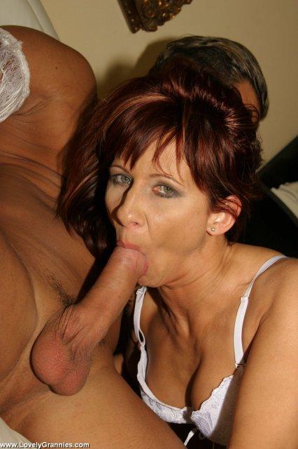 Вагинальный трах старой женщины на толстом пенисе