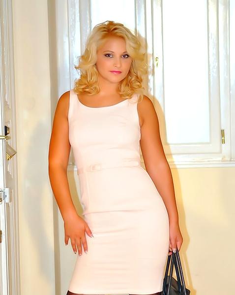 Стильная блондинка в платье показывает идеальный зад
