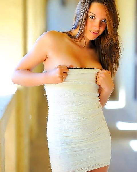 Молодая девушка в платье мастурбирует кису