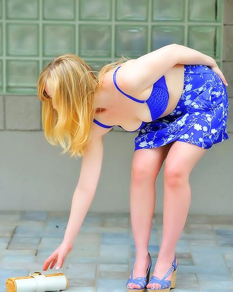 Тёлочка в платье сексуально сняла лифчик
