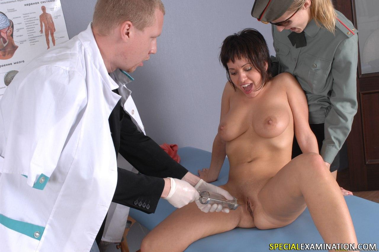 Порно фото в униформе врача огромными хуями трах