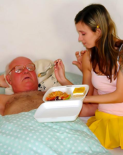 Старый пердун в очках нежно ебёт внучку