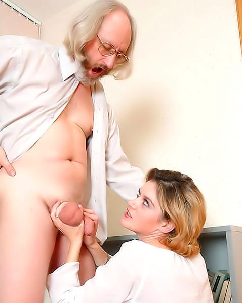 Старый пердун нежно целуется и трахается с девой