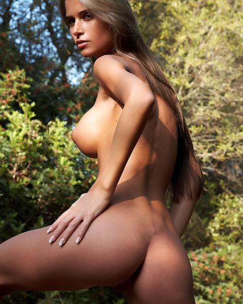 Худая девочка на природе показывает клёвую матку