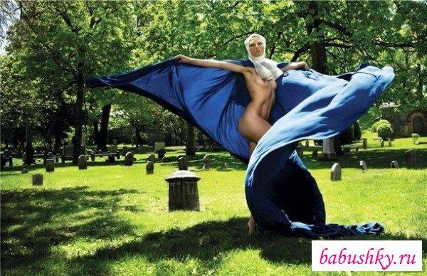 Строптивые монашки показывают идеальную грудь