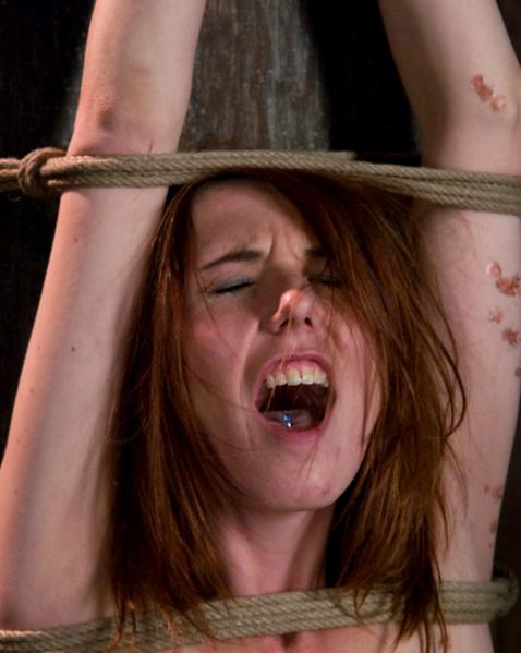 Рыжая шлюха после связывания испытывает настоящую боль