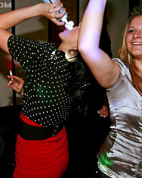 В секс клубе пошлые дамы крутят идеальными попами