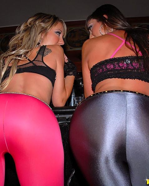 В секс клубе пьяные лесбиянки целуются и танцуют