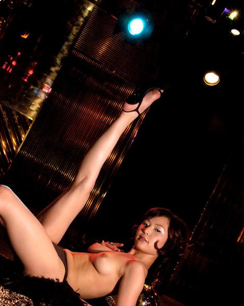 Молодой японке в клубе суют вибратор в вагину