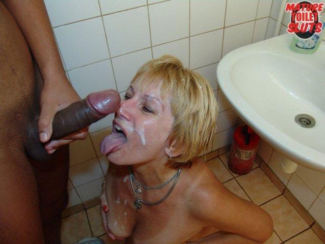 Жопастая баба в бане делает крутой минет