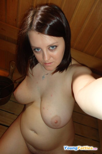 Жирная жена в бане демонстрирует огромные дойки