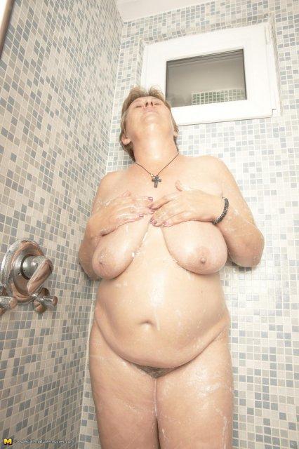 Старуха в бане соблазняет висячей грудью