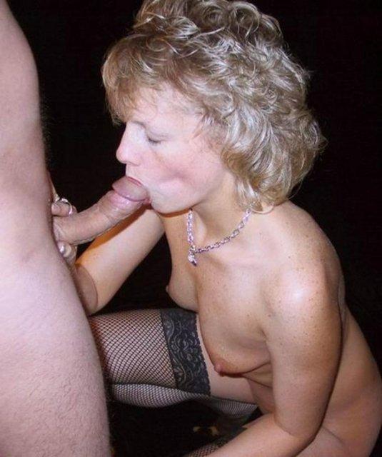 Кудрявые и худенькие бабы в доме сосут пенисы