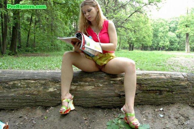 Симпатичная дева в лесу показывает молодую писю