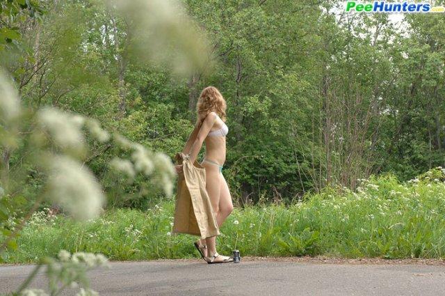 Голая спортсменка в лесу ласкает бритую киску
