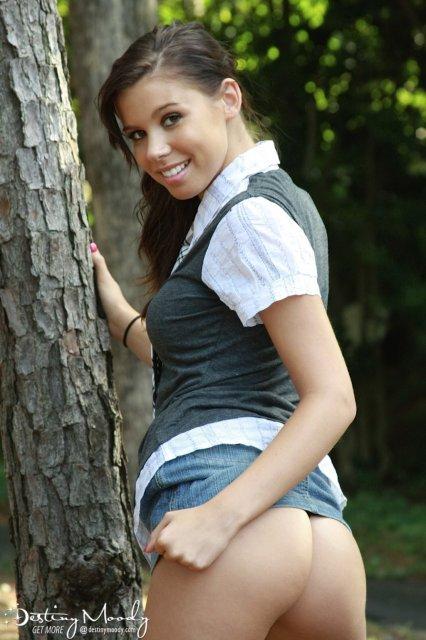 Милая брюнетка в лесу оголяет натуральные титьки