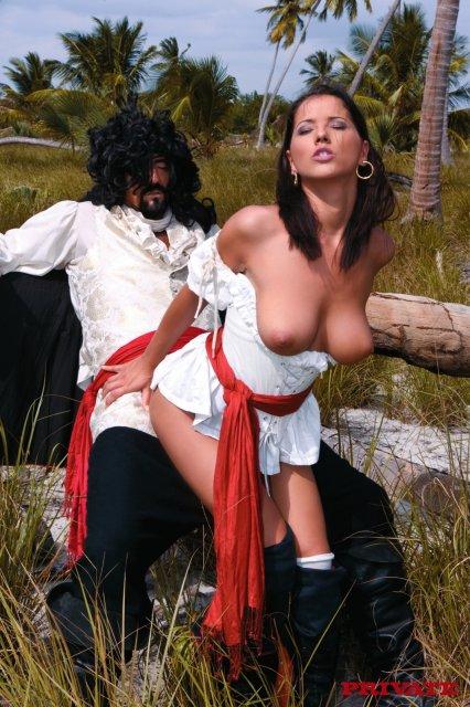 Анальный трах на природе с красивой девочкой в сексуальной форме