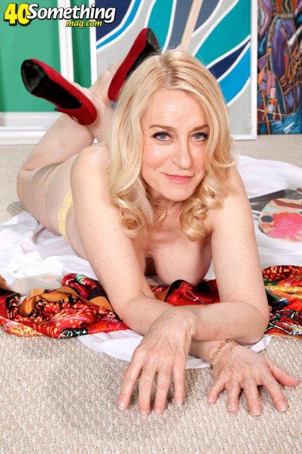 Зрелая блондинка демонстрирует висячие сиськи