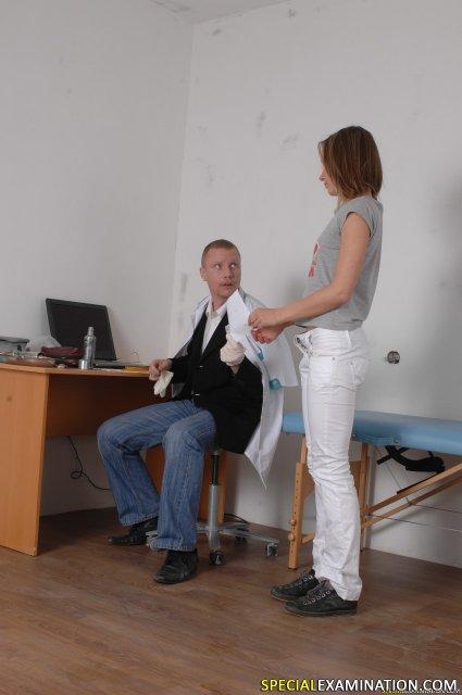 Красивая студентка у врача показала выбритую киску