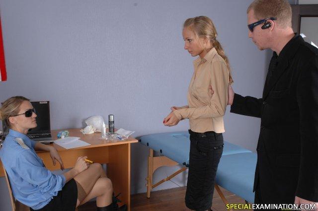 Пошлые врачи вставляют предметы в молодую пилотку суки