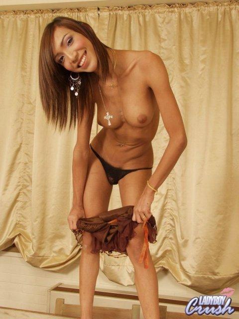 Худой трансвестит с силиконовыми титьками показывает маленький член