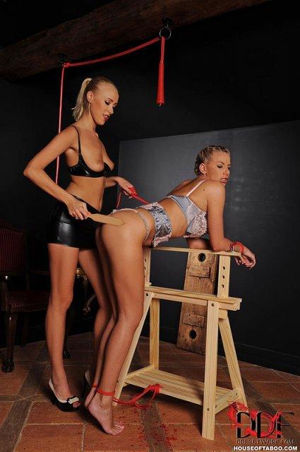 Худые лесбиянки устроили спанкинг в интимном месте