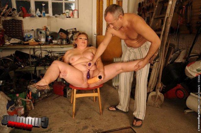 Жирной старухе в доме мастурбирует секс машина пизду