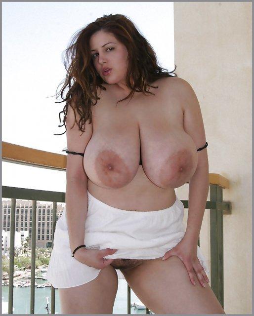 Толстые баба с висячими буферами ласкают половые губы и клитор