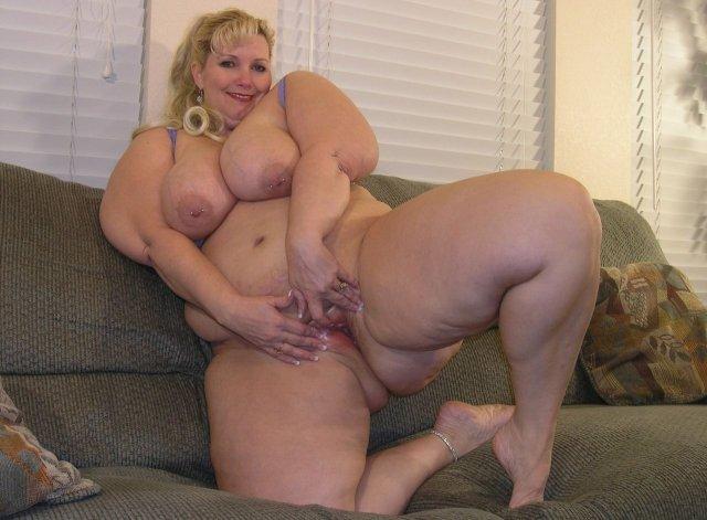 Толстые тетки с огромными дойками сексуально позируют и отсасывают член