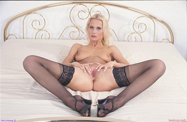 Стильную жену на кровати ебёт в большой анал