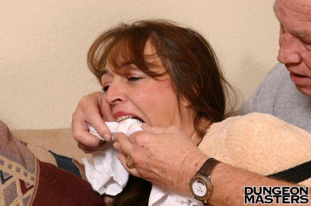 Зрелая баба получает экстаз во время бондажа