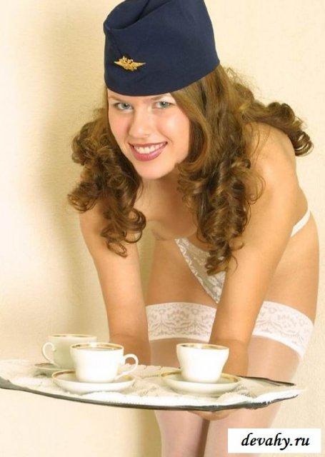 Красивая стюардесса в униформе показывает зад